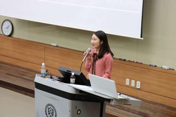 Jaewon Kang giving her seminar in Korea